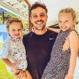 Rafael Cardoso ganhou homenagem da mulher, Mariana Bridi, em foto com os filhos