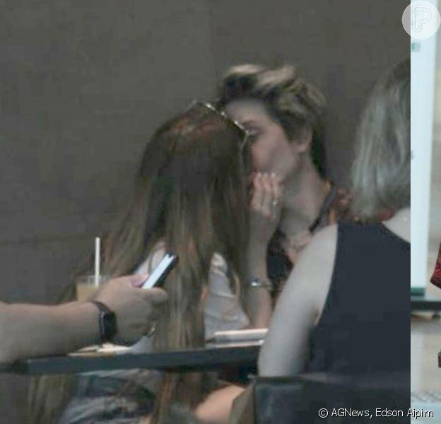 Larissa Manoela e namorado, Léo Cidade, se beijam durante passeio. Fotos!