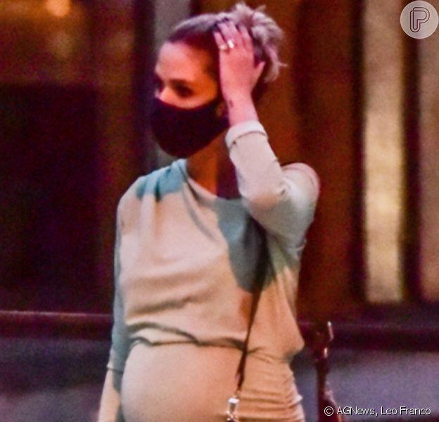Carol Dias evidencia barriga de 8 meses de gravidez com vestido justo ao ir a um SPA com as amigas em Pinheiros, São Paulo, nesta terça-feira, 11 de agosto de 2020