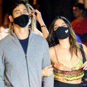 Isis Valverde aposta em top e look de cintura alta ao jantar com marido. Fotos!