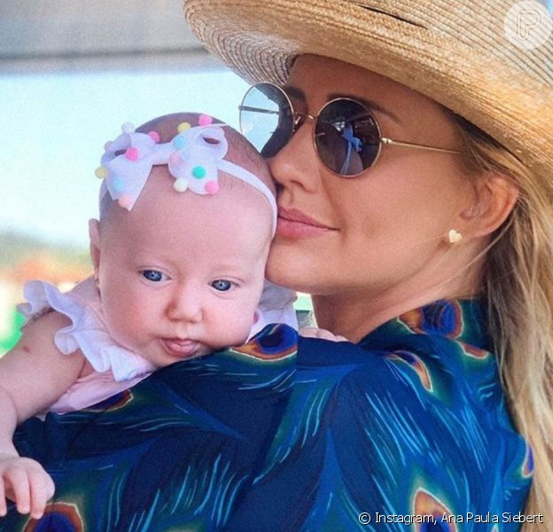 Ana Paula Siebert faz vídeo com a filha em clínica de vacinação