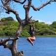 Bruna Marquezine, de biquíni, se pendura em árvore durante viagem. Vídeo!