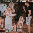 Natália Toscano repete vestido do ensaio de pré-wedding em comemoração de um ano de casamento