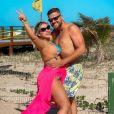 Zé Neto evita sunga e faz foto de bermuda ao lado da mulher, Natália Toscano