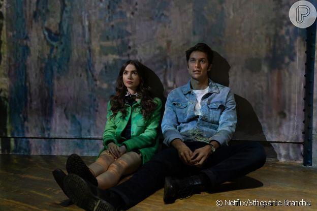 Emily (Lilly Collins) e Gabriel (Lucas Bravo) visitam o Atelier des Lumières