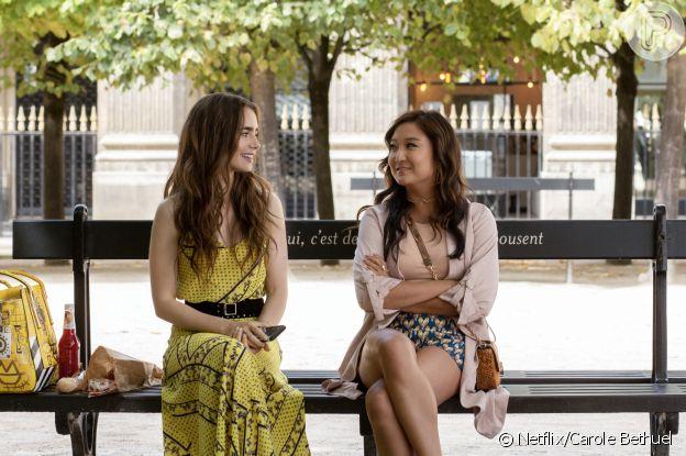 Emily (Lilly Collins) e Mindy (Ashley Park) se conhecem nos jardins do Palais Royal