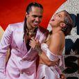 Namorado de Luísa Sonza, Vitão usou um terno pink da marca baiana Babalong. A peça exclusiva em seda e pérolas ornaram com os acessórios BOYYZ.co.