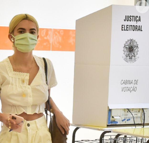 Manu Gavassi e mais famosas apostam em look básico para votar. Fotos!