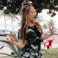 Larissa Manoela usa macaquinho com estampa de folhagens para ir à praia
