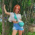 Larissa Manoela investe em acessórios estilosos. A atriz posa com bolsa da Prada, na cor Jade, de R$ 7,4 mil