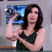 Fátima Bernardes simula acidente de Sandra Annenberg e brinca com flacidez