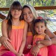 Ticiane Pinheiro e filhas, Rafaella Justus e Manuella, posam com roupas iguais