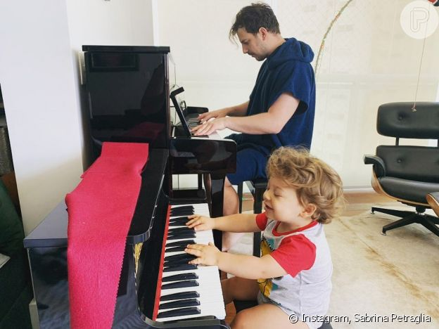 Filho de Sabrina Petraglia encantou a mãe ao dar 'conserto' no piano ao lado do pai