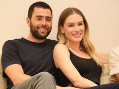 Namorado e mãe de Fiorella Mattheis prestigiam atriz em inauguração de loja de moda circular