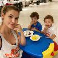 Andressa Suita fez treino funcional com vários brinquedos dos dois filhos como peso e apoio