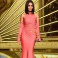 Vanessa Hudgens aposta em vestido com recorte rosa do Tony Ward