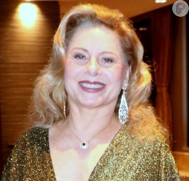 Vera Fischer causa na web ao postar foto de barriga à mostra