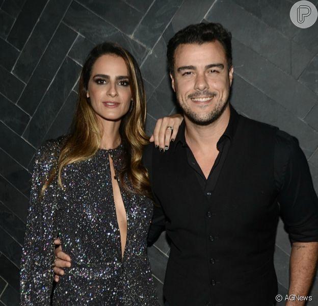 Marcella Fogaça exibiu a barriga de grávida em foto com o noivo, Joaquim Lopes