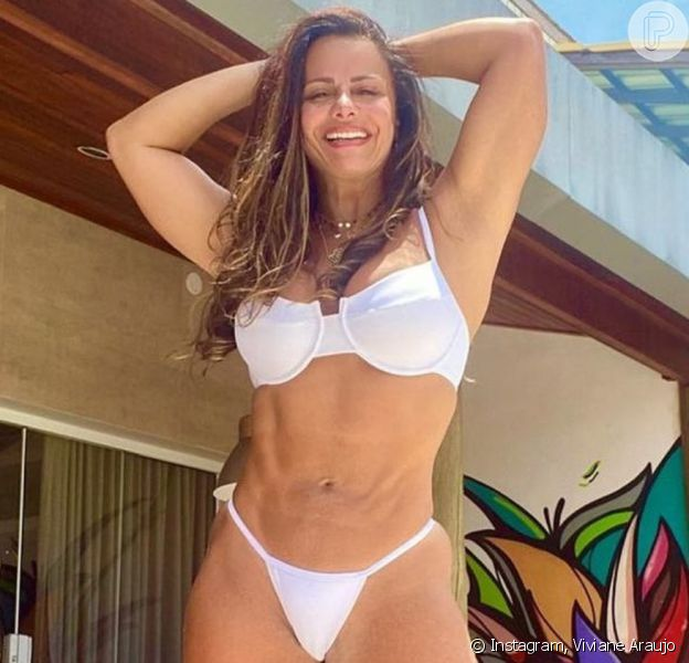 Viviane Araujo posa de biquíni, ostenta corpo em forma e agitou a web