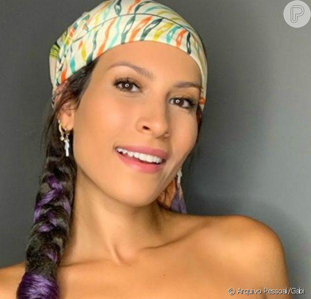 Lenço é versátil! Bandana, top e mais formas de amarração: cantora Gabi faz tutorial para o Purepeople
