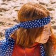 Lenço fica fashion usado como faixa no cabelo