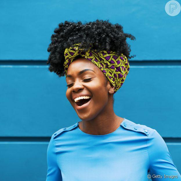 Acessórios e penteados presos podem te ajudar durante a transição capilar no verão