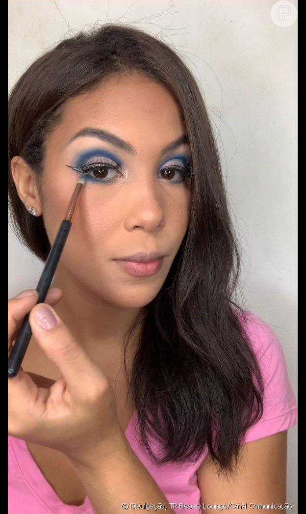 Passo 8 - Make azul com glitter no delineado