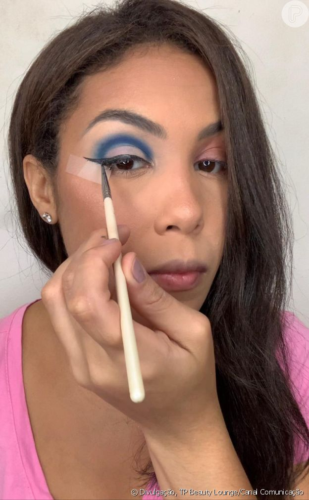 Passo 6 - Make azul com glitter no delineado