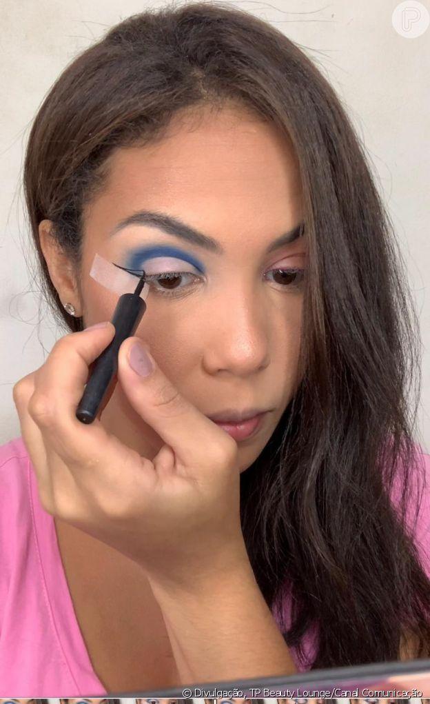 Passo 4 - Make azul com glitter no delineado