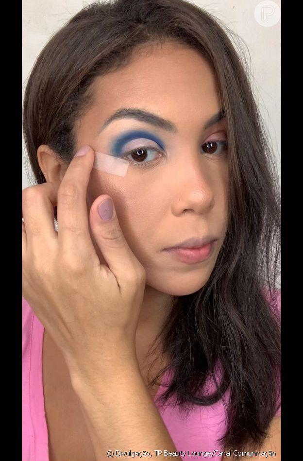 Passo 3 - Make azul com glitter no delineado