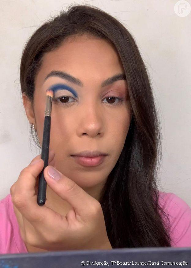 Passo 2 - Make azul com glitter no delineado
