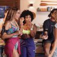 Anitta beijou DFideliz e Sarah Fonseca durante uma festa