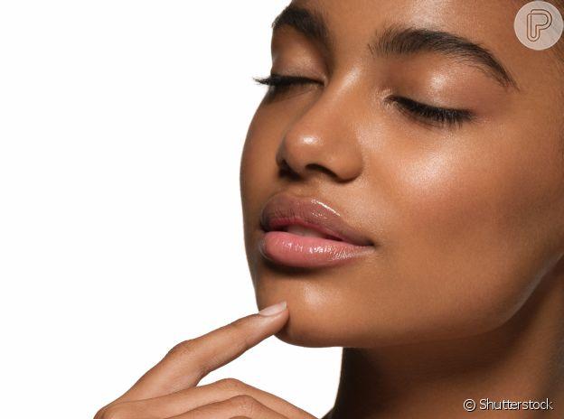 Maquiagem simples para o dia a dia: hidratação e uma base de acordo com o tom da sua pele