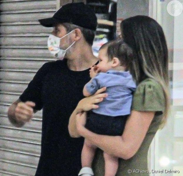 Giovanna Ewbank passeia com o filho mais novo e Bruno Gagliasso em shopping