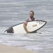 Paulinho Vilhena escreve o nome de Chorão na prancha e medita e surfa na Prainha
