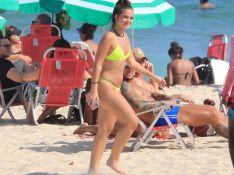 A cor do verão! Mel Maia usa biquíni neon em dia na praia. Fotos!