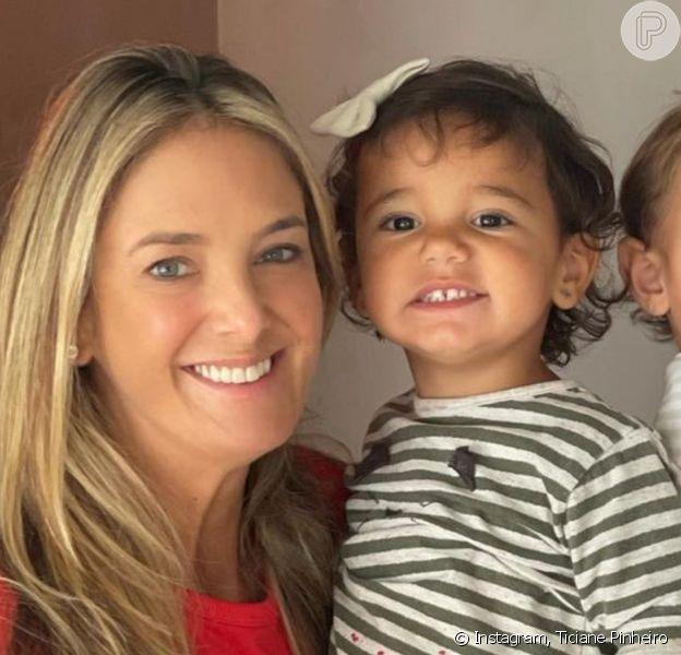 Ticiane Pinheiro e Carol Dantas reuniram os filhos em fotos. Apresentadora dá colo a Manuella, sua caçula, e influencer faz o mesmo com Valentin, seu mais novo
