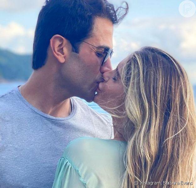 Bárbara Evans se casa com Gustavo Theodoro em viagem à Tanzânia