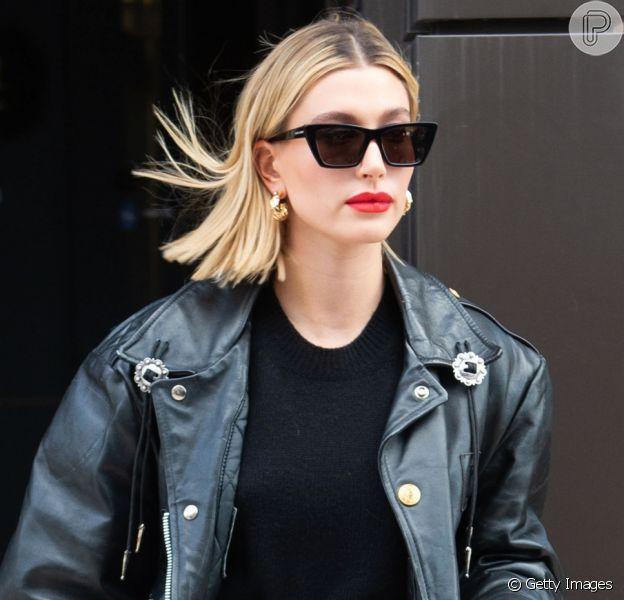 Hailey Bieber aposta na moda inspirada nos anos 90 ao montar seus looks