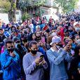 Multidão cercou a quadra da Unidos de Vila Maria, local do velório de MC Kevin