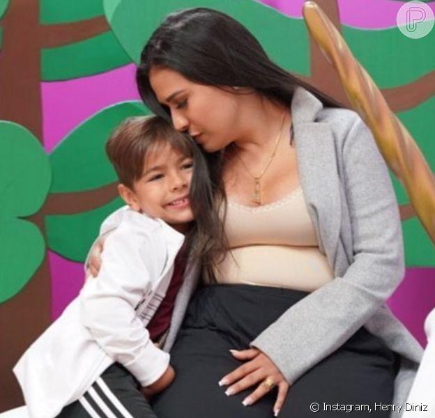 Mãe de 2, Simone fala sobre dividir atenção entre os filhos: 'Sempre atenta'