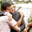Thiago Fragoso abraça o diretor André Câmara no fim das gravações de 'Lado a Lado'