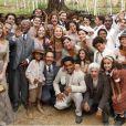 Elenco de 'Lado a Lado' se reúne para a foto de despedida, na gravação do último capítulo da novela