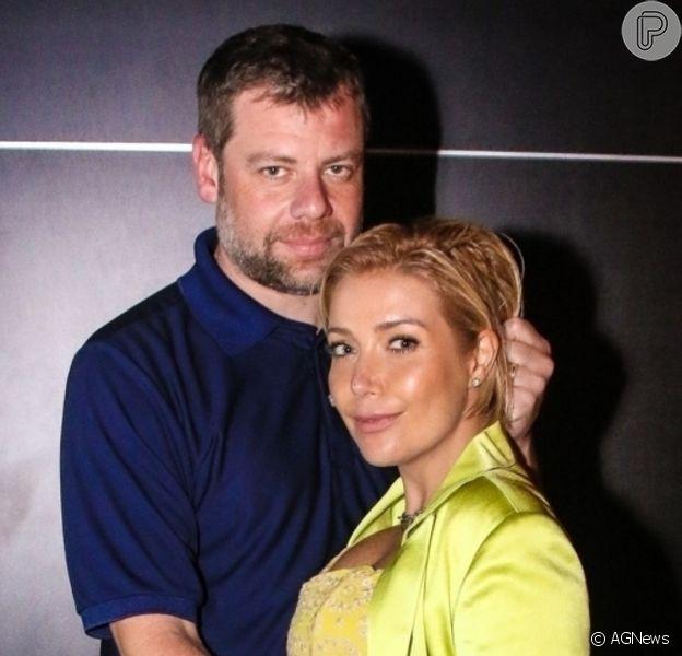 Luiza Possi reuniu marido, Cris Gomes, e filho, Lucca, de quase 2 anos, no Chá Revelação da segunda gravidez; cantora terá outro menino