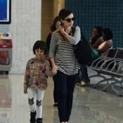 Débora Falabella embarca ao lado da filha, Nina, em aeroporto do Rio de Janeiro