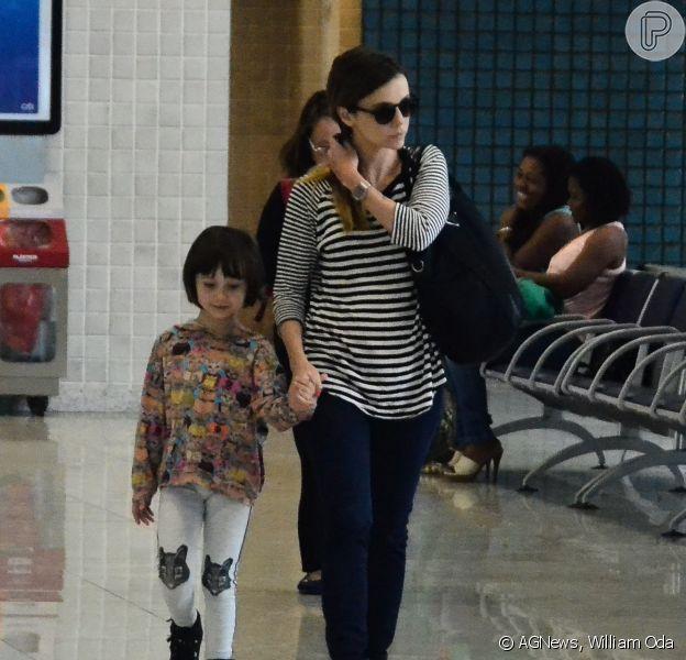 Débora Falabella embarca no aeroporto Santos Dumont, no centro do Rio de Janeiro, ao lado da filha, Nina