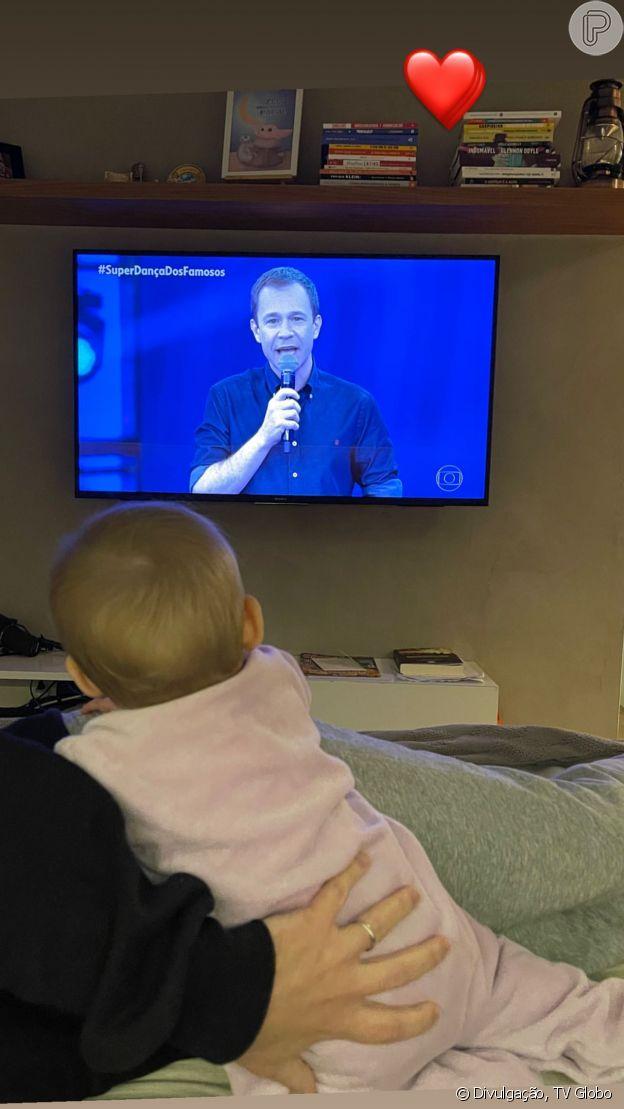 Filha de Tiago Leifert, Lua assiste pai na TV em 'SuperDança dos Famosos'. Veja foto!