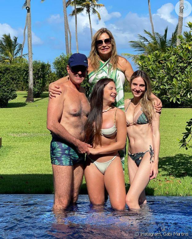 De férias na Bahia, Gabi Martins posa de biquíni com a família