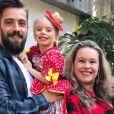 Mariana Bridi flagra Rafael Cardoso cortando o cabelo de Valentim, filho caçula