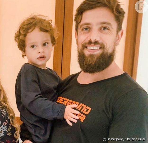 Mariana Bridi flagra Rafael Cardoso cortando o cabelo dos filhos do casal